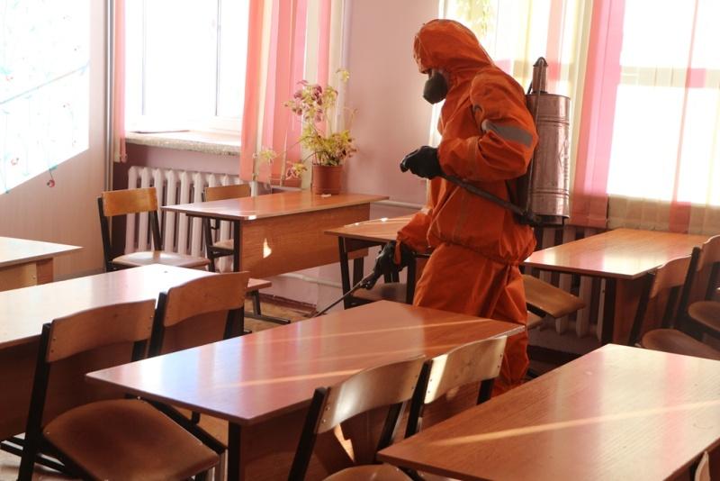 Дезинфекцию общественных мест и учреждений продолжают сотрудники МЧС России в Хабаровске
