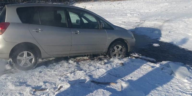 Спасатели эвакуировали автомобиль, застрявший на льду реки у Комсомольска-на-Амуре