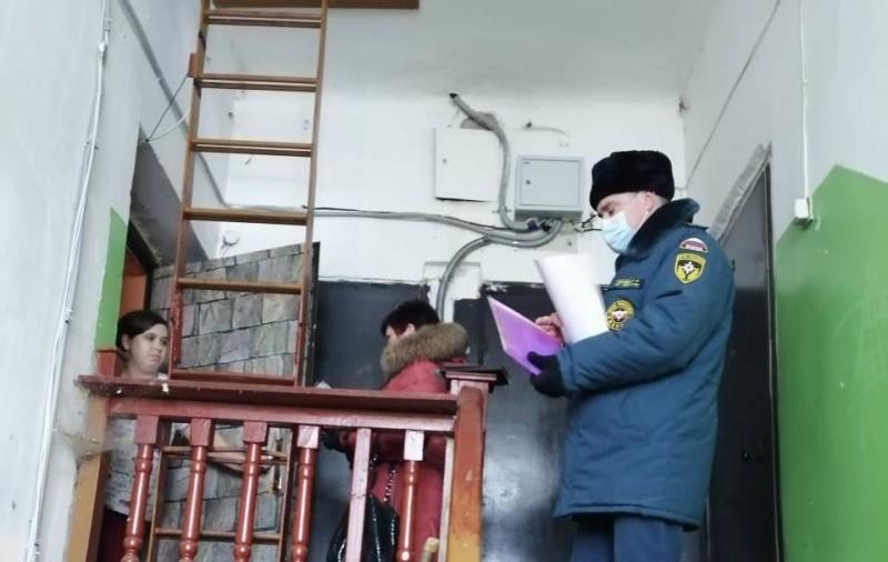 Сотрудники пожарного надзора продолжают профилактическую работу с населением по предупреждению пожаров в быту