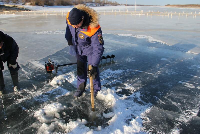 Первую ледовую переправу допустили к эксплуатации инспекторы ГИМС МЧС России в районе имени Лазо