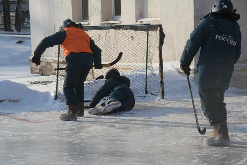 В Хабаровском пожарно-спасательном гарнизоне определена лучшая команда в хоккее на валенках (фото, видео, комментарий)