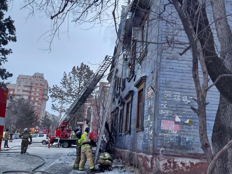 В Хабаровске пожарные ликвидировали возгорание в двухэтажном деревянном доме (ВИДЕО)
