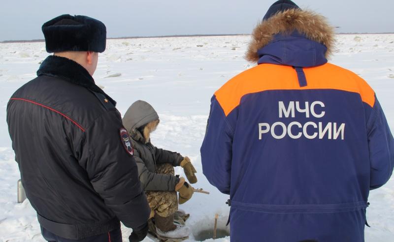 На свой страх и риск любители зимней рыбалки выезжают на несанкционированные переправы на водоемах (ВИДЕО)