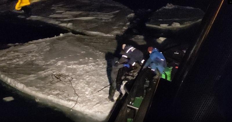 В бухте Силантьева Ванинского района сняли рыбака со льдины